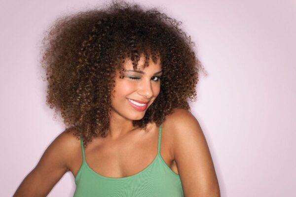 tratamento-para-definir-cachos-tratamento-para-cabelos-cacheados-produtos-para-cabelos-cacheados-como-cuidar-de-cabelos-cacheados-como-tratar-cabelos-cacheados